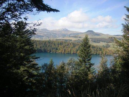 Lac pavin , lac de volcan de type maar en moto