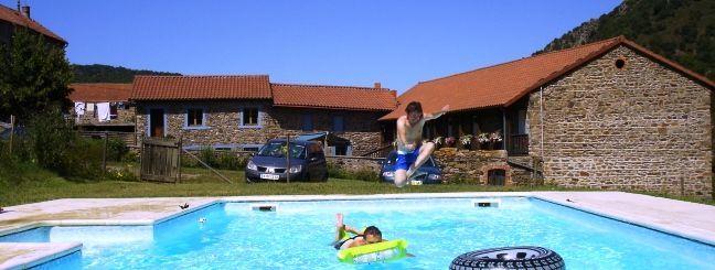 Piscine privée de notre maison d'hôtes en Auvergne réservée à la clientèle