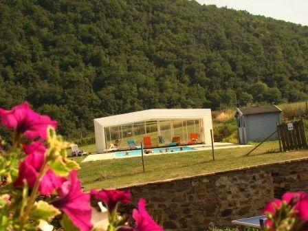 Piscine avec abris rétractable du gite rural à Blesle en Haute Loire