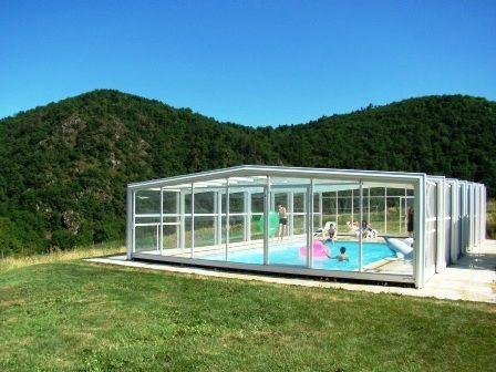 chambres d'hôtes avec piscine couverte au milieu des volcans