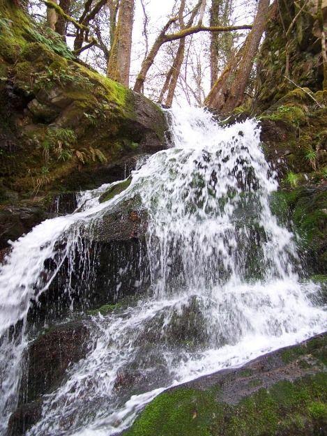 Randonnée pédestre en famille à la cascade du ruisseau à Auriac l'église (Cantal)