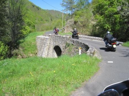 l'Auvergne Terre de Motards : les virages sur belles routes sinueuses en moto