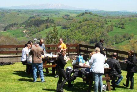 Monts du Cantal en moto - pique-nique en vallée de Cheylade