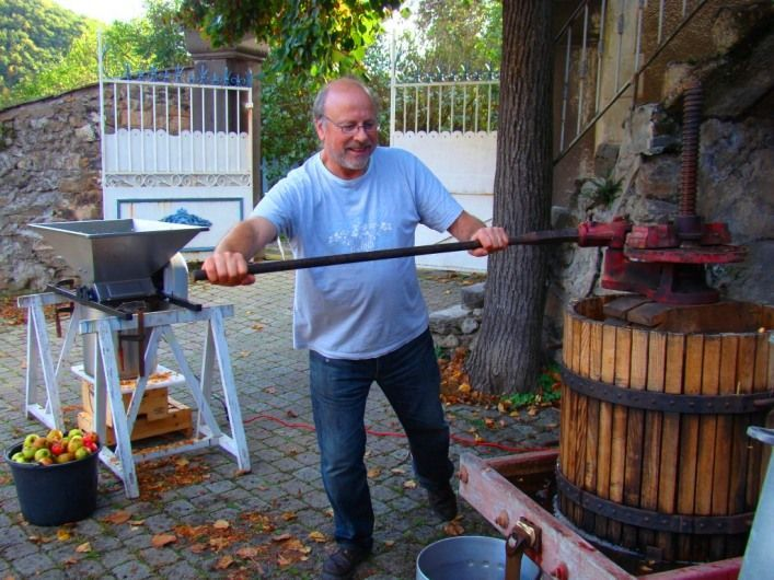 Fabrication du jus de pomme avec pressoir en Auvergne