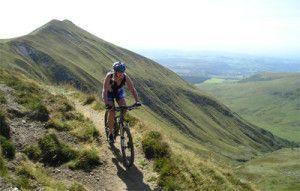 vtt ( vélo tout terrain) sur les chemins au cœur des volcans d'Auvergne