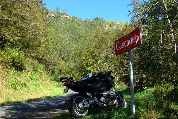 Visite des cascades d'Auvergne lors d'un séjour moto