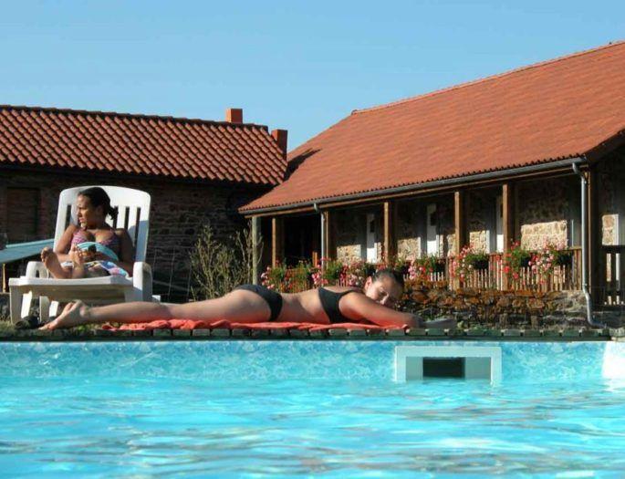 chambres d'hôtes vu de la piscine cantal